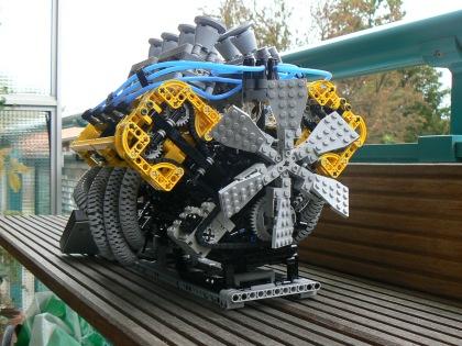 LEGO_V8_Engine_1